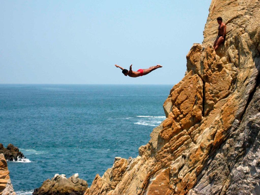 Recorrido por la ciudad y espectáculo de saltos desde un acantilado