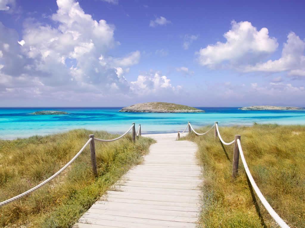 Camino hacia la playa en Formentera